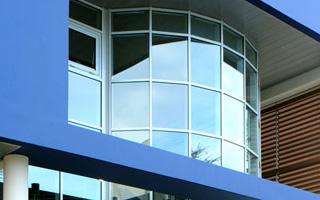 Entrée avec façade vitrée