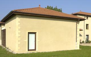 Mur maçonné recouvert d'un enduit couleur crème
