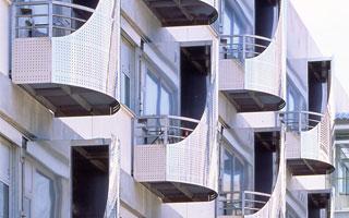 Façade avec balcons en acier inoxidable