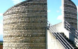 Mur arrondi habillé de pierre