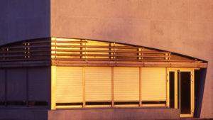 Façade en béton, vitrée avec menuiseries aluminium