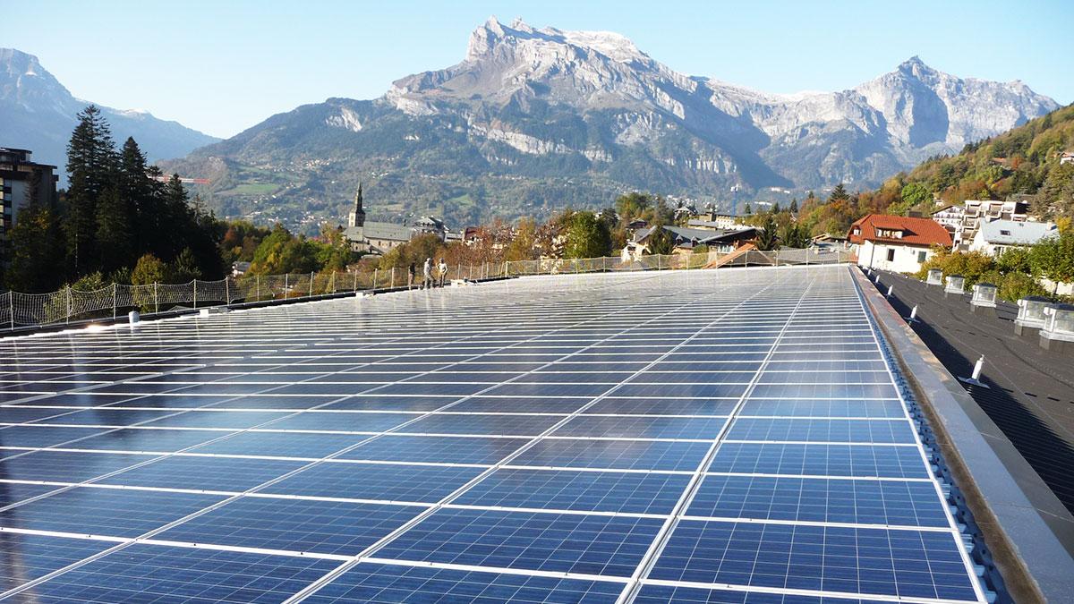 Panneaux photovoltaïques sur le toit d'un bâtiment dans les Alpes